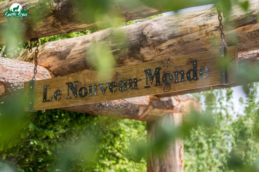 """Pancarte en bois sur laquelle il est écrit """"Le Nouveau Monde"""""""